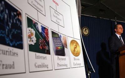 Le procureur fédéral pour le district sud de New York Preet Bharara lors d'une conférence de presse où il a annoncé des accusations contre trois personnes pour des infractions liées au  piratage informatique de nombreuses institutions financières le 10 novembre 2015 à New York (Crédit photo Spencer Platt/Getty Images, via JTA)