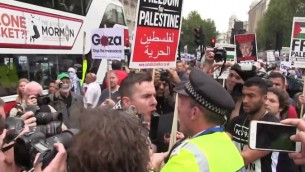 La police de Londres affrontant des manifestants pro-palestiniens lors d'une manifestation devant le Downing Street pendant que le Premier ministre Benjamin Netanyahu rencontre son homologue britannique David Cameron le 9 septembre 2015. (Capture d'écran: YouTube)