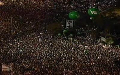 100 000 personnes ont participé à un rassemblement marquant les 20 ans de l'assassinat du Premier ministre Yitzhak Rabin, à Tel Aviv, le 31 octobre 2015. (Crédit : capture d'écran Deuxième chaîne)