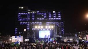 """Les fenêtres du bâtiment de la municipalité de Tel Aviv illuminées avec l'expression """"Shalom, Haver"""" ( «Au revoir, Ami"""" ) le 31 Octobre, 2015. L'ancien président Bill Clinton avait prononcé cette phrase à l'enterrement de Rabin. (Crédit photo: Tomer Neuberg / Flash90)"""