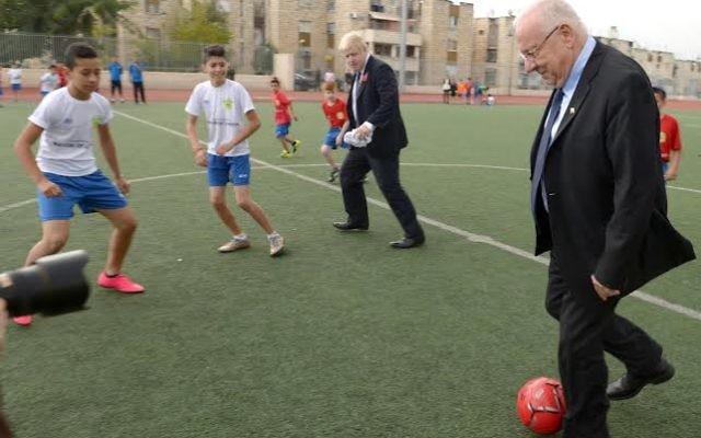 Le president Reuven Rivlin participe avec le maire de Londres Boris Johnson à un match de football entre enfants juifs et arabes le 10 novembre 2015 à Jérusalem (Photo: Porte parole de Reuven Rivlin)