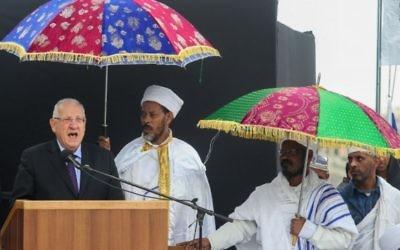 Le président Reuven Rivlin, à gauche parle au cours de la cérémonie pour la fête du Sigd en présence de centaines de Juifs d'origine éthiopienne, sur la promenade Sherover donnant sur la Vieille Ville de Jérusalem, le 11 novembre 2015. (Crédit photo: Flash90)