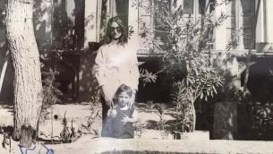 Noa Shalom et sa petite sœur Jannet en 1973devant leur maison à Golpayegan (Autorisation)