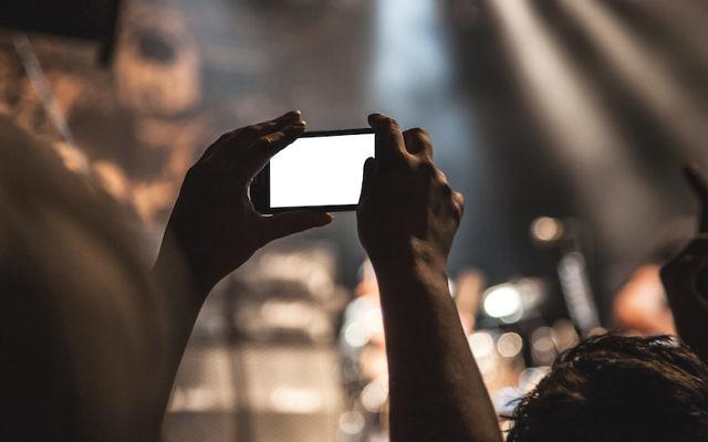 Regarder une vidéo sur un smartphone (Crédit : Pexels)