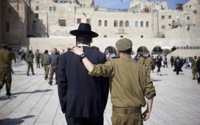 Un soldat et un homme ultra-orthodoxe , côte à côte  (Crédit photo: Yonatan Sindel / Flash90)