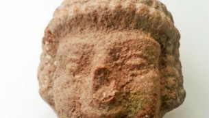 La tête d'une statuette de l'âge du fer trouvée par un enfant de 8 ansen marchant près de Tel Beit Shemesh (Alexander Glick,  Autorisation Israel Antiquities Authority)