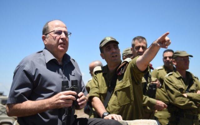 Le ministre de la Défense Moshe Yaalon sur le plateau du Golan, dans le nord d'Israël, le 30 juin 2015, regardant en direction de la Syrie (Photo: Eden Moladavski / Ministère de la Défense)