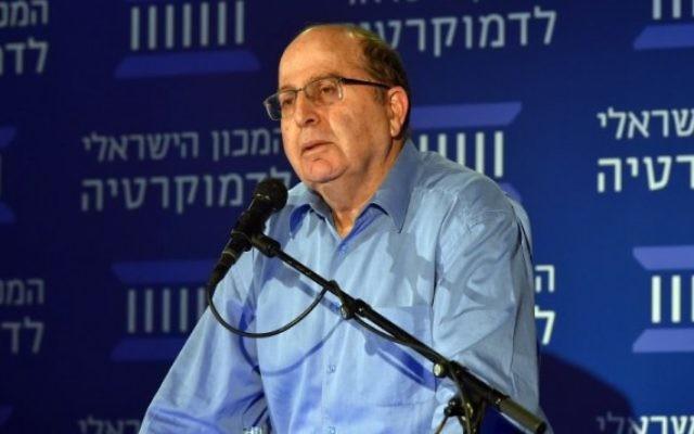 Moshe Yaalon, alors ministre de la Défense, à l'Institut de la démocratie d'Israël, le 25 novembre 2015. (Crédit : Ariel Hermony/ministère de la Défense)