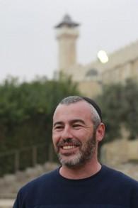 Yishai Fleisher, le porte-parole international de la communauté juive de Hébron, devant les marches du Tombeau des Patriarches, un lieu saint pour les Juifs et les Musulmans, le 5 novembre 2015 (Photo: Juda Ari Gross / Times of Israel)