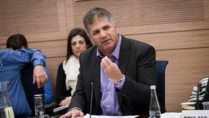Le député Yoav Kisch (Likud) lors d'une discussion au sujet d'une loi reportant la conscription obligatoire des haredim jusqu'en 2023, le 19 novembre 2015 (Crédit photo: Miriam Alster / Flash90)