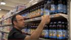 Zelekha visitant un supermarché, dans le documentaire (crédit : Youtube)