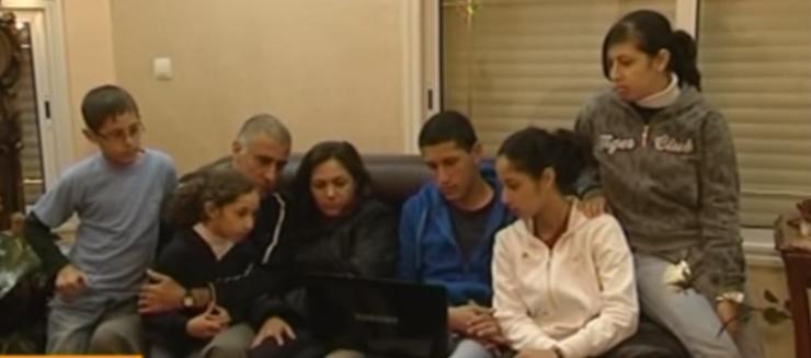 Zinati réuni avec sa femme et ses enfants (Crédit : Capture d'écran YouTube)