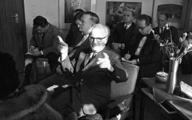 Cette photo d'archives prise le 13 février 1964 montre le procureur général allemand Fritz Bauer (C) donner une conférence de presse sur la mort du psychiatre allemand et nazi Werner Heyde. (Crédit : AFP / DPA / ROLAND Witschel)