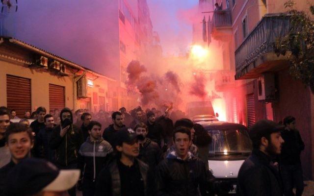 Les manifestants marchent vers la préfecture à Ajaccio lors d'une manifestation le 26 décembre 2015 (Crédit : Yannick Graziani/AFP)
