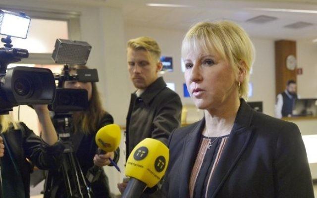 La ministre suédoise des Affaires étrangères, Margot Wallstrom, faisant une déclaration aux médias sur les attentats terroristes à Paris, à Stockholm en Suède, 14 novembre 2015 (Crédit : AFP / TT AGENCE DE NOUVELLES / HENRIK MONTGOMERY)