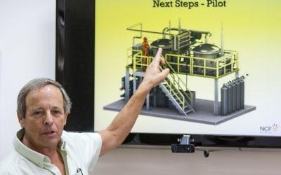 David Banitt explique la technologie innovante qui convertit le dioxyde de carbone (CO2) et l'eau (H2O) en carburant de transport synthétique, une énergie propre et abordable, le 24 septembre, 2015 à Rehovot. (Crédit : AFP / JACK GUEZ)