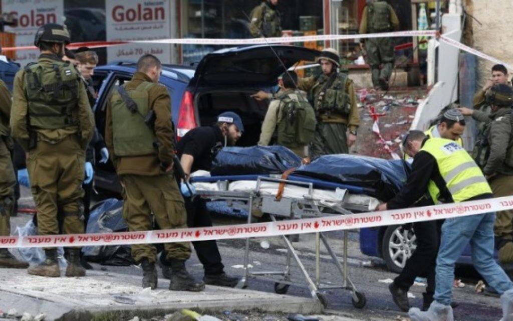 Forces de sécurité et police scientifique israéliennes transportent le corps de Mazen Aribe, qui a été abattu après une attaque au checkpoint Hizme, au nord de Jérusalem, le 3 décembre 2015. Illustration. (Crédit : Ahmad Gharabli/AFP)
