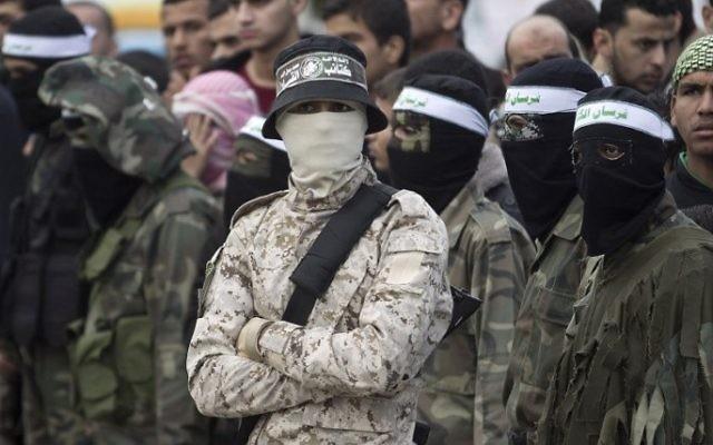 Des hommes armés des Brigades Ezzedine al-Qassam, la branche armée du Hamas, montent la garde pendant le 28e anniversaire du mouvement terroriste au pouvoir, à Khan Yunis, dans le sud de la bande de Gaza, le 11 décembre 2015. (Crédit : Said Khatib/AFP)