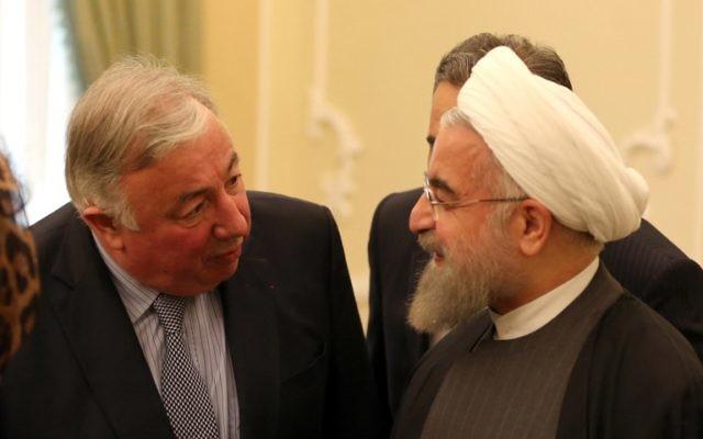 Le président iranien Hassan Rouhani (d) rencontre le président du Sénat français Gérard Larcher à Téhéran le 20 décembre 2015. (Crédit : AFP PHOTO / ATTA KENARE)