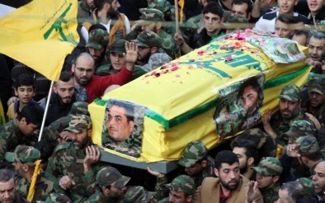 Les membres de la milice chiite libanaise Hezbollah portent le cercueil de Samir Kuntar lors de son enterrement près de Beyrouth, le lundi 21 décembre 2015 (Crèdit photo: Anwar Amro / AFP)