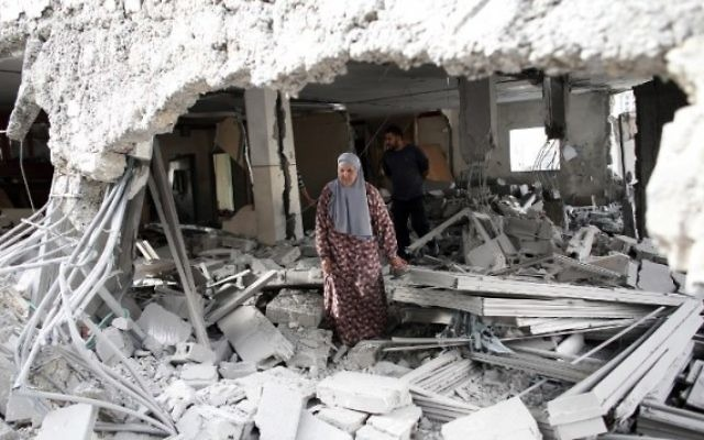 Photo illustrative d'une femme palestinienne marchant au milieu des décombres d'une maison après que les forces de sécurité israéliennes ont démoli les maisons de deux terroristes palestiniens dans le quartier palestinien de Jabal Mukaber à Jérusalem-Est, le 6 octobre, 2015. (AFP / THOMAS COEX)