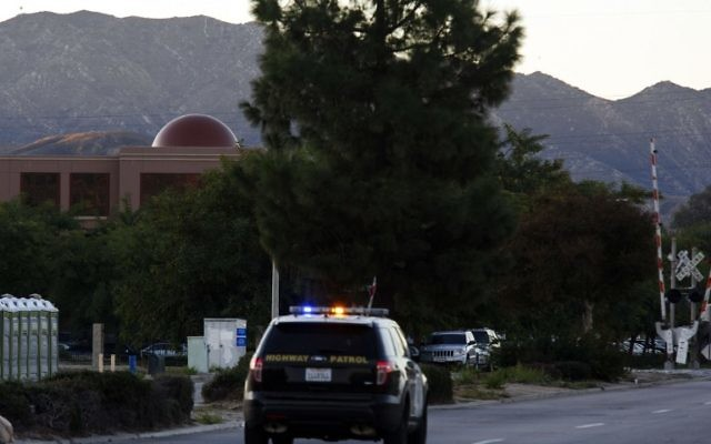 Une voiture de patrouille du California Highway Patrol alors que le soleil se lève sur le Centre régional le 3 décembre 2015 à San Bernardino, en Californie, un jour après où 14 personnes ont été tuées dans une fusillade  (Crédit : AFP PHOTO / PATRICK T. FALLON / AFP / Patrick T. Fallon)