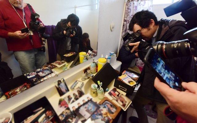 Les journalistes prennent des photos à l'intérieur de la salle de bains dans la maison de Syed Farook, en Californie, 4 décembre 2015. (Crédit : AFP / ROBYN BECK)