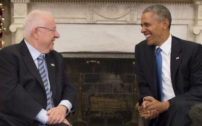 Le président américain Barack Obama (d) parle avec le président israélien Reuven Rivlin lors d'une réunion bilatérale à la Maison Blanche à Washington, DC, le 9 décembre 2015. (Crédit : AFP PHOTO / JIM WATSON)