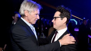 """L'acteur Harrison Ford (à gauche) et le réalisateur JJ Abrams assistant à l'after party pour la première mondiale de """"Star Wars, épisode VII"""" à Hollywood Blvd. le 14 décembre, 2015 en Californie (Crédit : Alberto E. Rodriguez / Getty Images for Disney / AFP)"""