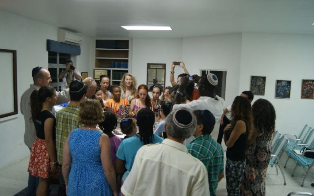 La communauté juive célèbre Hanoukka à la synagogue Shaare Tzedek de Bridgetown, La Barbade en décembre 2014. (Crédit : courtoisie)
