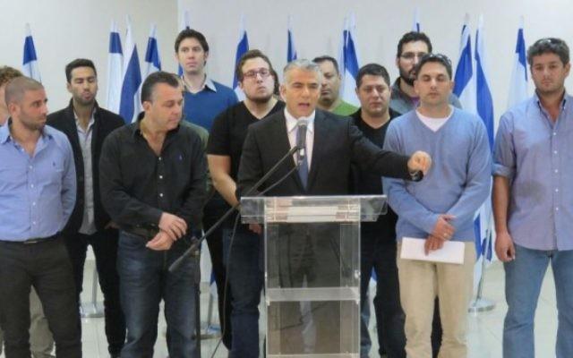 Le chef du parti Yesh Atid Yaïr Lapid (au centre) avec Amit Deri (2ème à droite) et des officiers et des soldats de réserve lors d'une conférence de presse contre Breaking the Silence - le 20 décembre 2015. (Crédit : Yesh Atid)