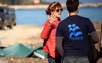 Susan Sarandon et Yotam Polizer (Crédit : Facebook/IsraAID: The Israel Forum for International Humanitarian Aid)