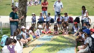 Des écoliers israéliens écoutent des explications sur les techniques israéliennes relatives à l'eau (Crédit : Facebook)