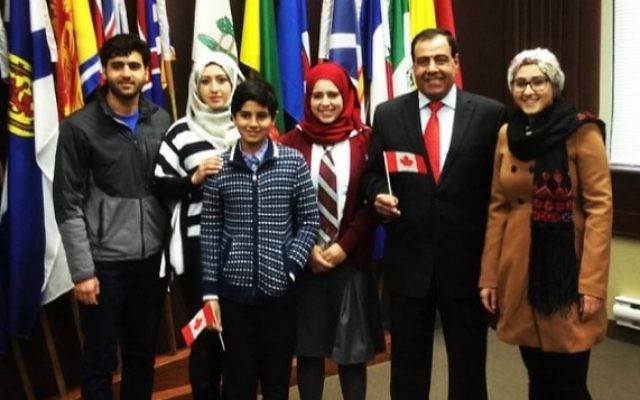 Le Dr Izzeldin Abuelaish, deuxième à droite, avec sa famille après leur prestation de serment de citoyenneté canadienne, à Toronto, le 10 décembre 2015. (Crédit : autorisation)