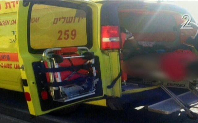 Une ambulance du Magen David Adom à la Porte de Jaffa dans la Vieille Ville de Jérusalem, sur les lieux d'une attaque au couteau mercredi 23 décembre 2015 (Crédit : capture d'écran Deuxième chaîne)
