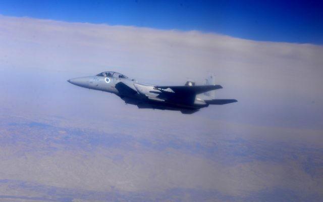 Un avion F-15 de l'armée de l'air israélienne survolant Israël pendant l'exercice  « Pavillon Bleu » à l'aérodrome Ovda près d'Eilat, le 21 octobre 2015. (Crédit : Armée de l'air israélienne)