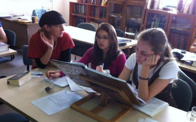 Illustration : une enseignante de Talmud Dr Meesh Hammer-Kossoy avec des étudiantes de l'Institut d'études juives Pardes (avec la permission de Pardes Institut d'études juives)