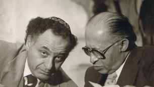 Le Premier ministre Menahem Begin (à droite) parle avec le conseiller Yehuda Avner. (Crédit : Moriah Films)
