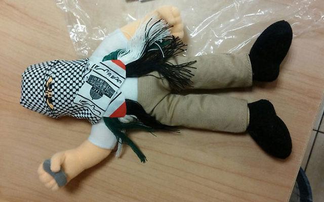 Une poupée portant un keffieh et tenant une pierre,  environ 4 000 de ces poupées ont été interceptées par les douanes Haïfa. Elles étaient destinées à être vendus sur les marchés palestiniens (Crédit : Douanes de Haifa)