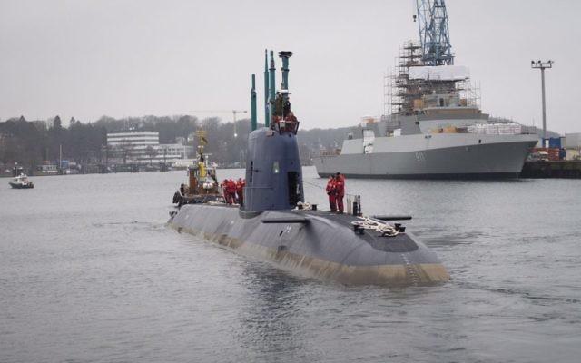 L'INS Rahav, un sous-marin de la classe Dolphin du constructeur naval allemand ThyssenKrupp, part du port allemand de Kiel en direction de Haïfa, le 17 décembre 2015. (Unité du porte-parole de l'IDF)