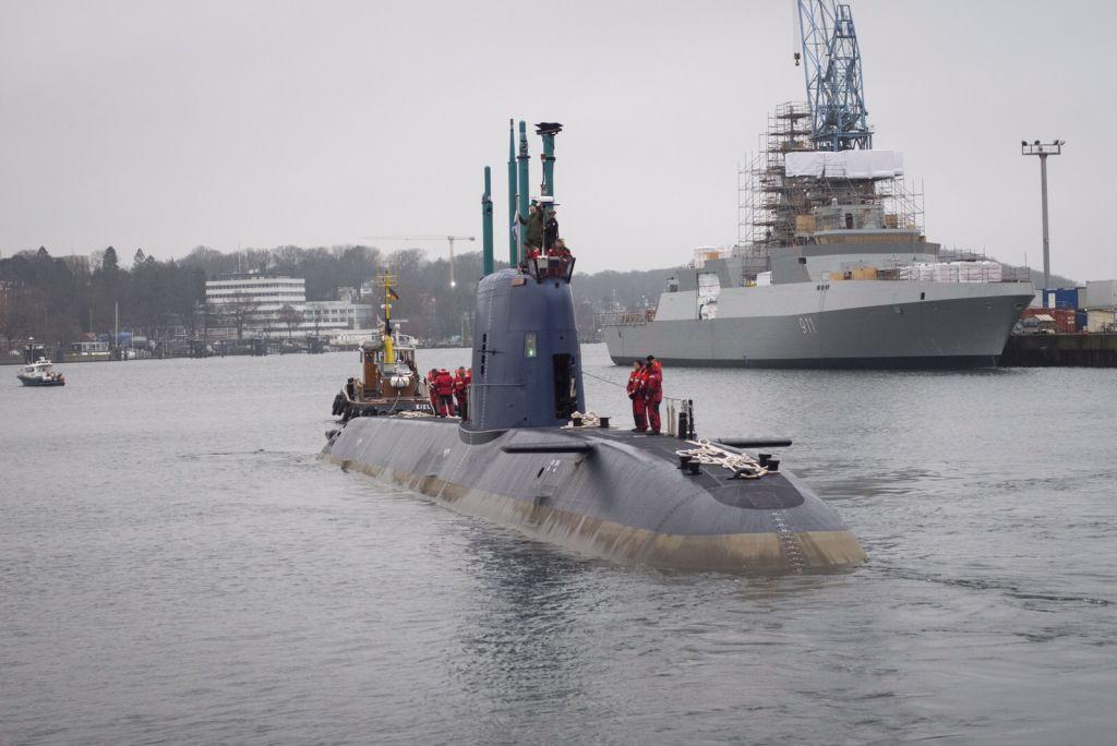 L'INS Rahav, le plus récent sous-marin d'Israël, partant du port allemand de Kiel vers Haïfa, où il est arrivé en janvier 2016, le 17 décembre 2015. (Crédit : unité des porte-paroles de l'armée israélienne)