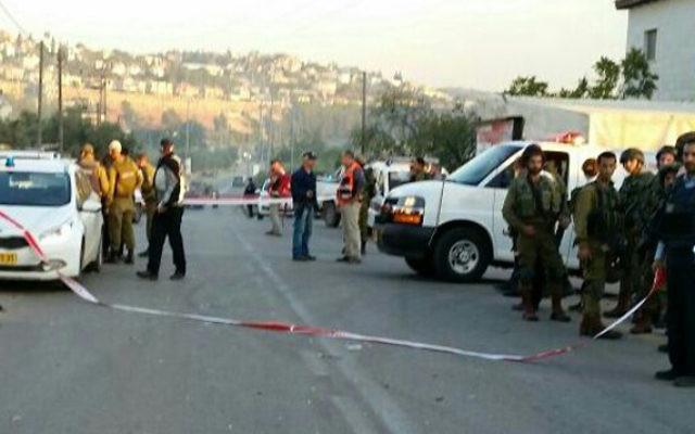 Les lieux d'une attaque à la voiture bélier près de l'implantation de Beit Aryeh en Cisjordanie le 10 décembre 2015 (Crédit : Magen David Adom)