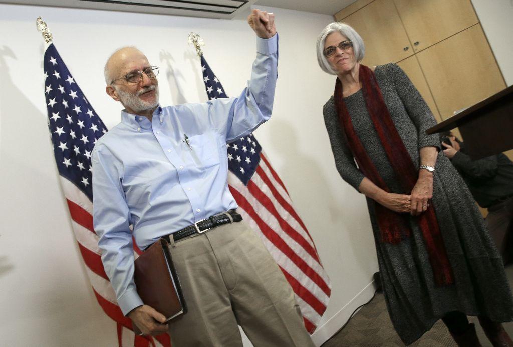 Alan Gross, libéré d'une prison cubaine dans la matinée précédente, apparaît lors d'une conférence de presse avec son épouse Judy à Washington peu après son arrivée aux Etats-Unis, le 17 décembre 2014 (Crédit : Win McNamee / Getty Images / via JTA)