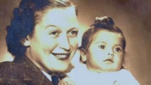 Eva Clarke et sa mère Anka à Prague en 1945 (Crédit : courtoisie)