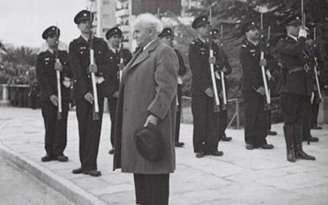 Le premier Premier ministre d'Israël David Ben Gourion se tient debout alors que l'hymne national, la Hatikva, est joué lors de la cérémonie d'ouverture de la Knesset en 1949. (Crédit : GPO / Hugo Mendelson)