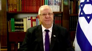 Le président Reuven Rivlin présente ses vœux pour Hanoukka, en décembre 2015. (Crédit : capture d'écran YouTube)