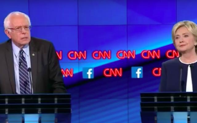Hillary Clinton et Bernie Sanders lors d'un débat pour les primaires le 13 octobre 2015 (Crédit : capture d'écran YouTube/CNN)