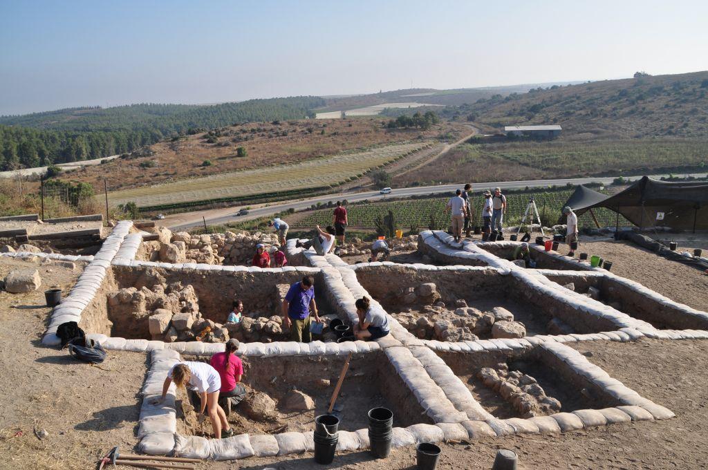 Les archéologues pendant les fouilles de la ville biblique de Lakish, où une inscription apportant la preuve de l'existence d'un alphabet cananéen du début du 12ème siècle avant notre ère a été retrouvée en 2014 (Crédit : Autorisation de Yossi Garfinkel, université hébraïque)