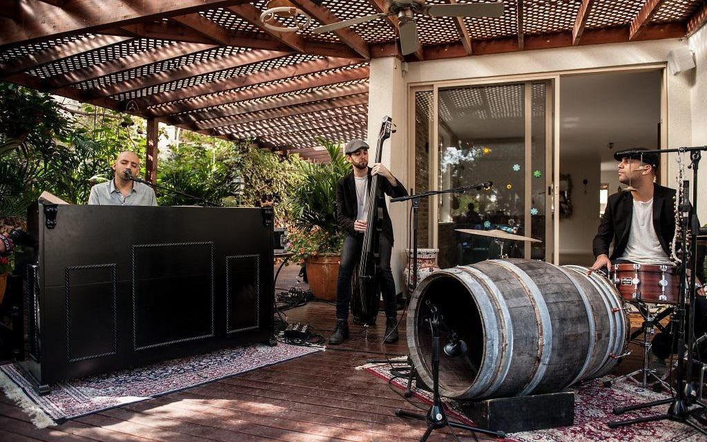 Raichel, le joueur à corde, Yogev Glusman, et le collaborateur de longue date et le batteur Gilad Shmueli sur la terrasse de la maison des parents de Raichel (Crédit : Autorisation Lior Keter)