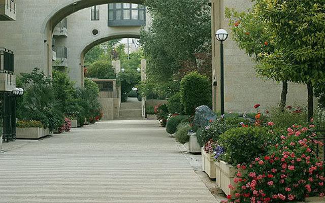 Construite en 1990 en face du quartier Mamilla, cette résidence fermée est la première ville fantôme de Jérusalem (Crédit : Wiki Commons)